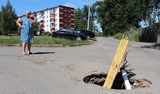 В городке Металлургов в Ижевске автомобилистов «поджидает» опасный колодец