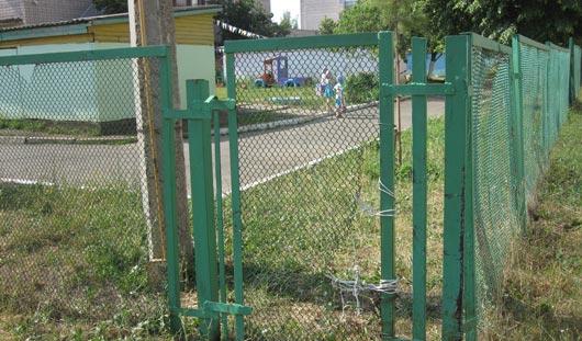 В Ижевске 4-летний малыш через щель в заборе сбежал из детского сада