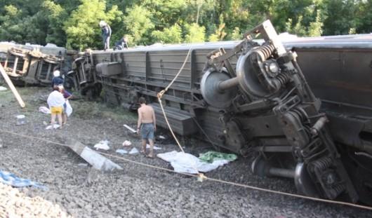 3 из 5 вагонов, опрокинувшихся  при аварии поезда в Краснодарском крае, поставлены на рельсы