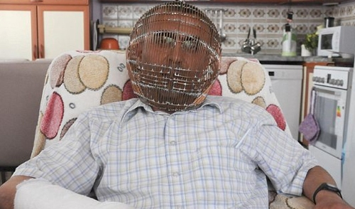 Турок придумал клетку для головы, чтобы бросить курить