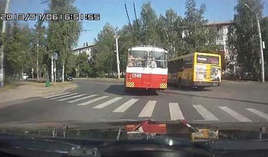В Ижевске ищут водителя, заснявшего гонку троллейбуса и автобуса