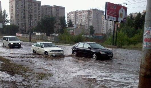 В Ижевске на улице Петрова из-за огромной лужи встали троллейбусы