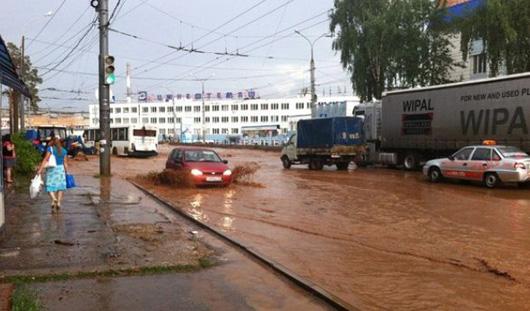 Последствия ливня в Ижевске: много аварий и глина на дорогах