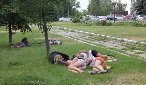 Фотофакт: ижевчане спасаются от жары, устраиваясь на газонах