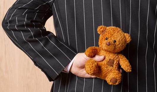 В Ижевске воришку плюшевого медведя, 16 конфет и 4 цветов сдал его друг