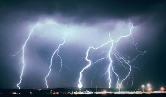 Из-за удара молнии в Ижевске загорелся гараж