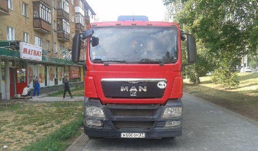 Фотофакт: глава Ижевска возмутился парковке фур на новеньких тротуарах