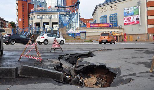 Из-за ливня около ресторана «Оглоблин» в Ижевске провалился асфальт