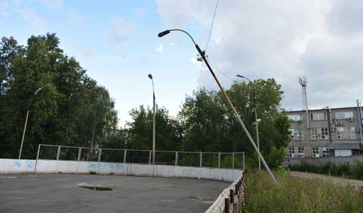 Игра под напряжением: фонарный столб повис на проводах над хоккейной площадкой в Ижевске