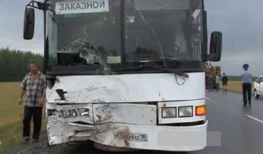 Автобус с туристами из Удмуртии попал в аварию