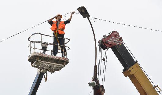 Игра под напряжением: накренившийся фонарный столб починили после жалобы ижевчан в СМИ