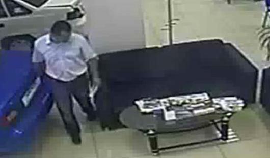 В Ижевске клиент украл сумку с деньгами из выставленной в автосалоне машины