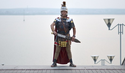 Гуляющий по Ижевску римский воин ради издания книги готов продать машину