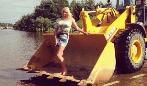 Волочкова устроила фотосессию на фоне затопленных домов в Приамурье