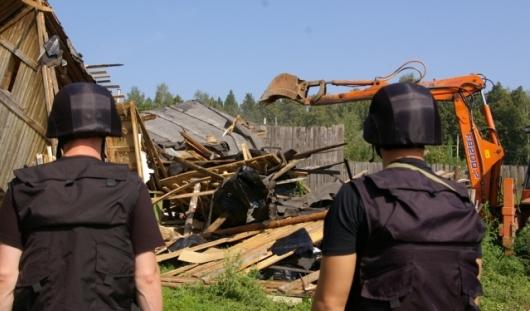 В Удмуртии судебные приставы снесли дом в цыганском таборе