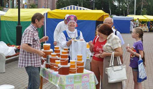 Фотофакт: ярмарка меда в Ижевске открылась танцами и песнями