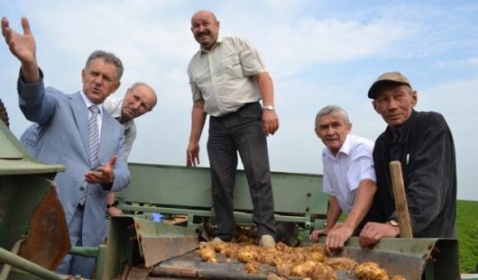 На полях Удмуртии протестировали картофелекопалку ижевского изобретателя