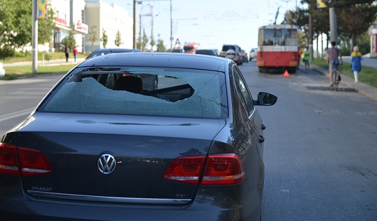 В Ижевске у троллейбуса отвалился «рог» и повредил дорогую иномарку