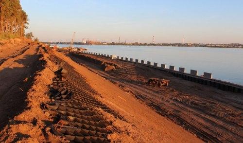 Фотофакт: набережную Ижевского пруда укрепляют с помощью георешетки