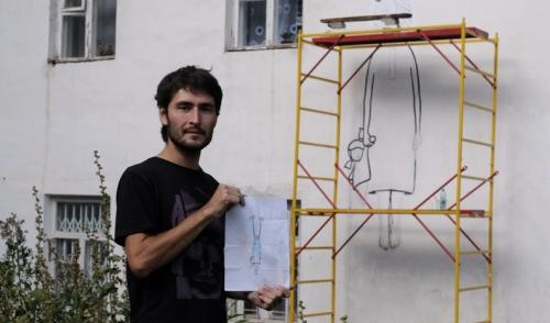 Фотофакт: в Ижевске художники рисуют на стенах домов птиц и длинноволосых девушек