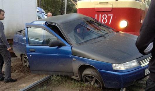 В Ижевске «десятка» попала под трамвай