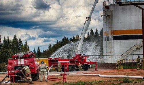 Фотофакт: пожарные ликвидировали учебный разлив нефти в Удмуртии