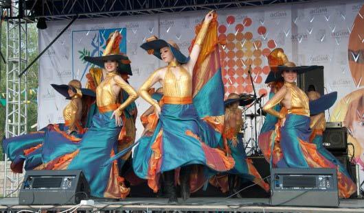 «Рыжий фестиваль» в Ижевске: Гоша Куценко, гигантский перепеч и апельсиновый сюрприз