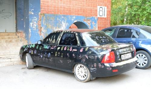 Фотофакт: в Ижевске появилась машина с отпечатками детских ладошек