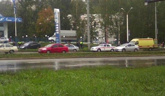 Легковушка вылетела на тротуар в Ижевске из-за лужи на дороге