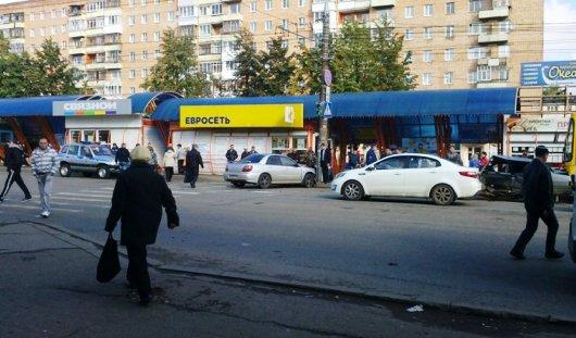 В Ижевске от сильного удара иномарку вынесло на остановку с людьми
