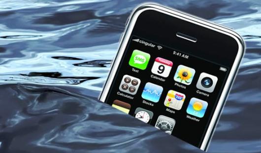 Владельцы iPhone утопили свои телефоны после шутки про «водонепроницаемый iOS 7»
