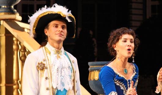 На мюзикле «Голубая Камея» в Ижевске «выгуляли» 170 костюмов и показали 3D-декорации