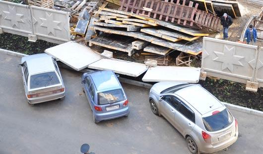 В Ижевске на припаркованные авто упали бетонные плиты