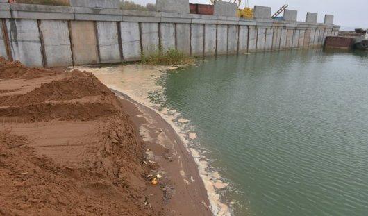 Неизвестное пятно в пруду и поддельные сапфиры: о чем этим утром говорят в Ижевске