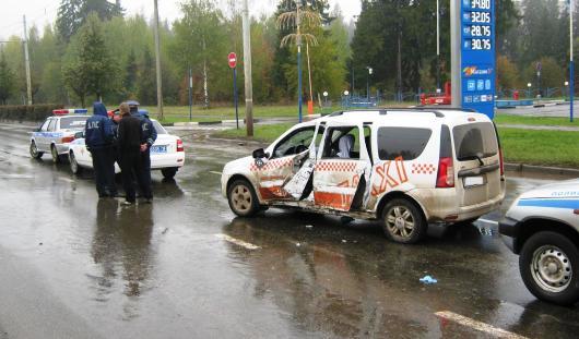 В Ижевске бесправный водитель такси врезался в столб