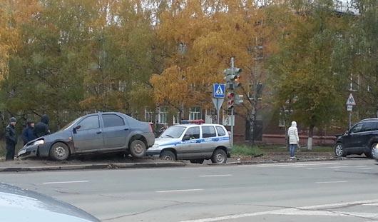 В Ижевске иномарка вылетела на пешеходную дорожку