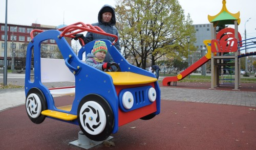 Фотофакт: в Ижевске в Вишневом сквере установили детскую площадку