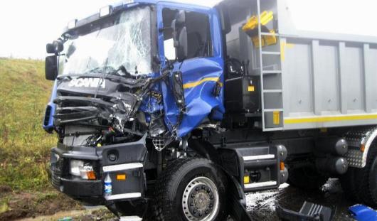 В Удмуртии госпитализировали водителя после столкновения двух грузовиков