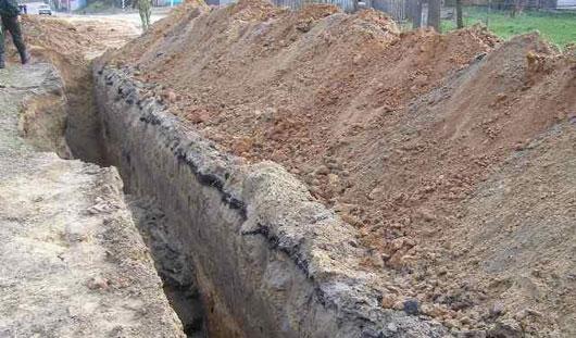 В Удмуртии строителю переломало ноги обвалившейся на него землей