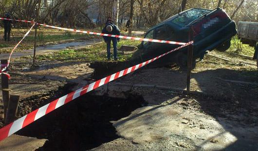 В городке Металлургов в Ижевске в земляную трещину провалился автомобиль