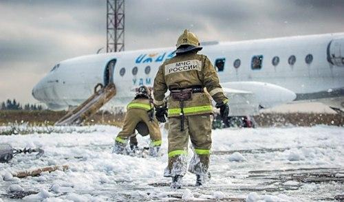 Фотофакт: в ижевском аэропорту самолет совершил «аварийную посадку»