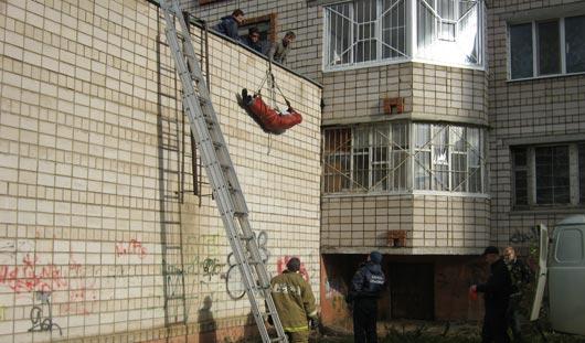 Ижевчанин, выбросившийся из окна, мог покончить с собой из-за проблем с девушкой