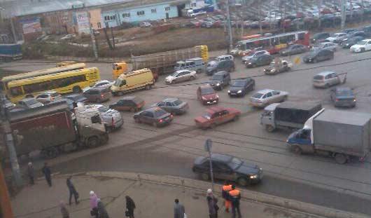 Из-за отключенных светофоров на Удмуртской-Кирова в Ижевске огромная пробка