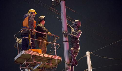 Фотофакт: в Ижевске установили памятник электрику