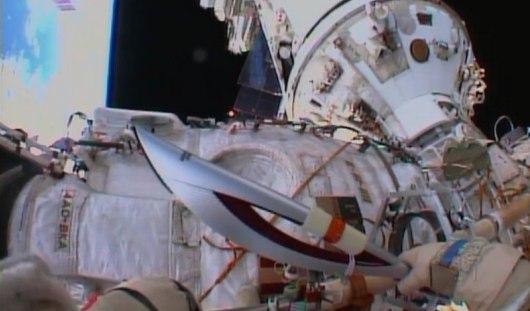 Российские космонавты вынесли олимпийский факел в открытый космос