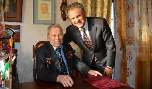 Фотофакт: Глава Удмуртии поздравил Михаила Калашникова с днем рождения