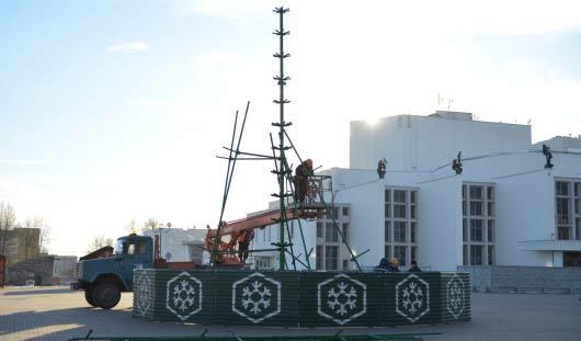 На Центральной площади Ижевска начали устанавливать елку
