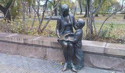 Скульптуру первой учительницы установят в Вишневом сквере Ижевска