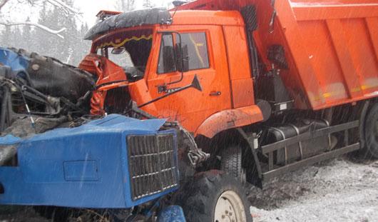В Удмуртии столкнулись КамАЗ и трактор