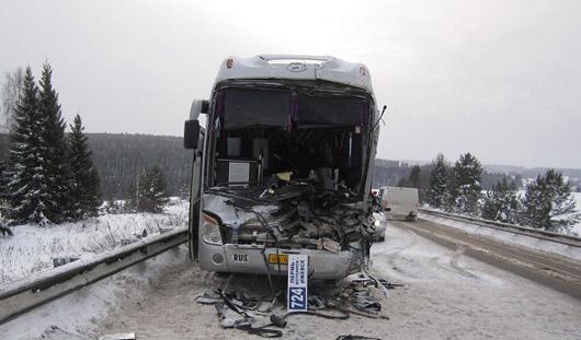 В Пермском крае междугородный автобус из Удмуртии врезался в фуру